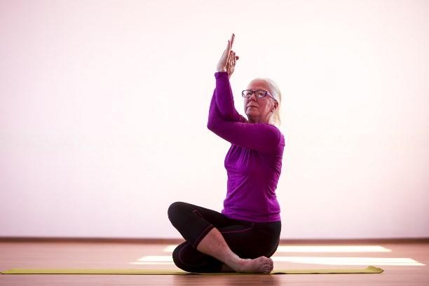 Khatkha-yoga dlya vozrastnykh