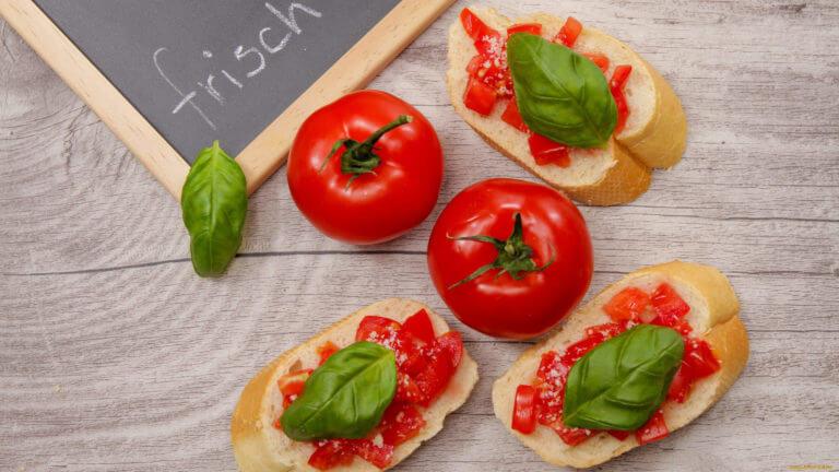 Lomtik belogo khleba, obzharennyy na grile i pripravlennyy chesnokom i olivkovym maslom s nachinkoy.
