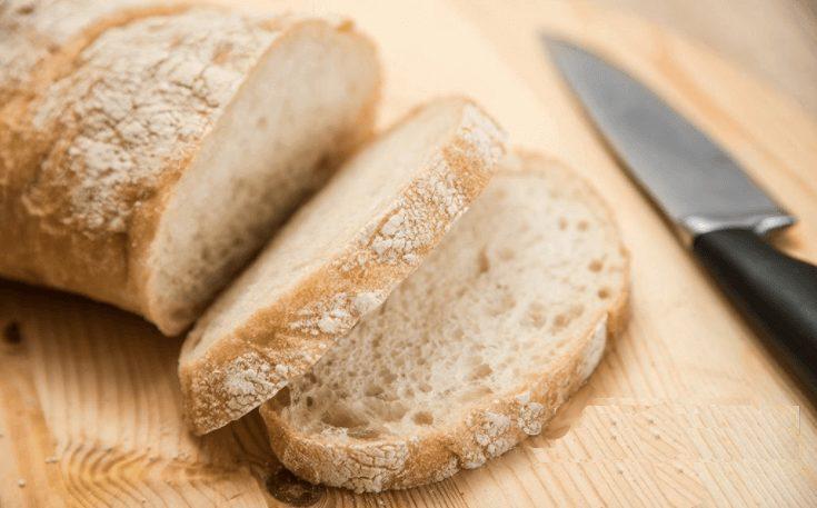 Ломтик белого хлеба, обжаренный на гриле и приправленный чесноком и оливковым маслом
