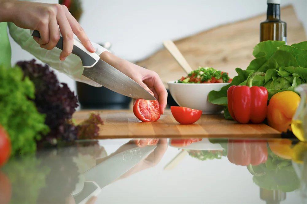 Pomidory narezayem dol'kami.