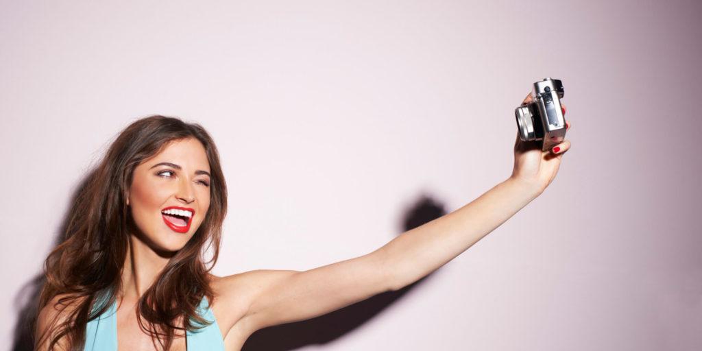 10. Fotografii i selfi. Samoye vremya razobrat' vashi foto ili sdelat' novyye. Eksperimentiruyte s yarkim fonom, makiyazhem ili odezhdoy.