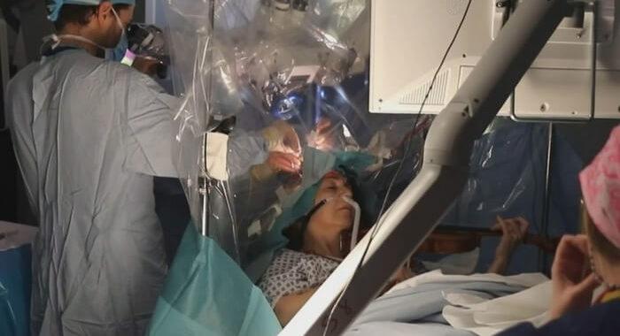 Дагмар Тернер играла на скрипке во время операции.