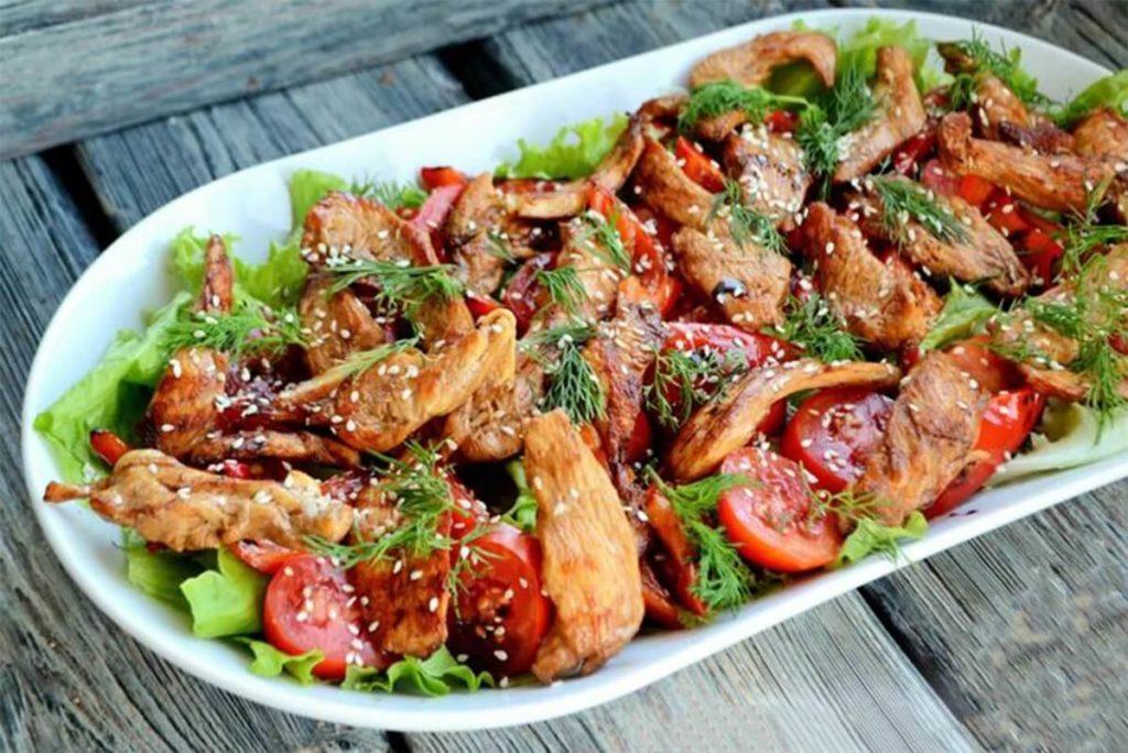 Пикантный тёплый салат с курицей и овощами.