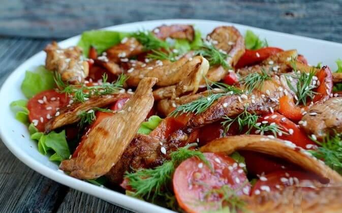 Пикантный тёплый салат с курицей.11