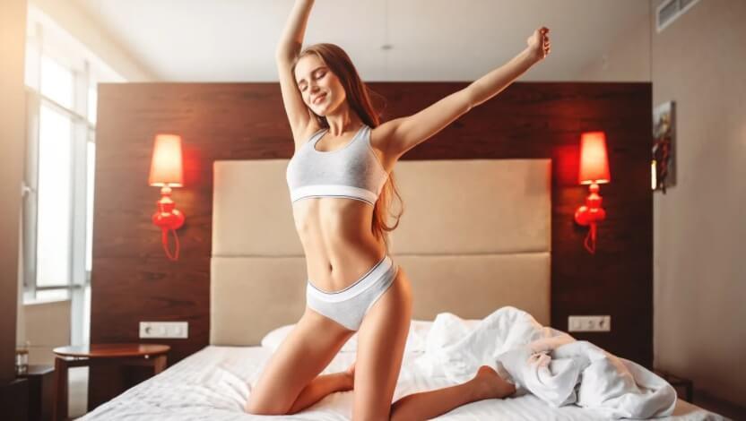 Утренняя фитнес зарядка в кровати видео тренировка.