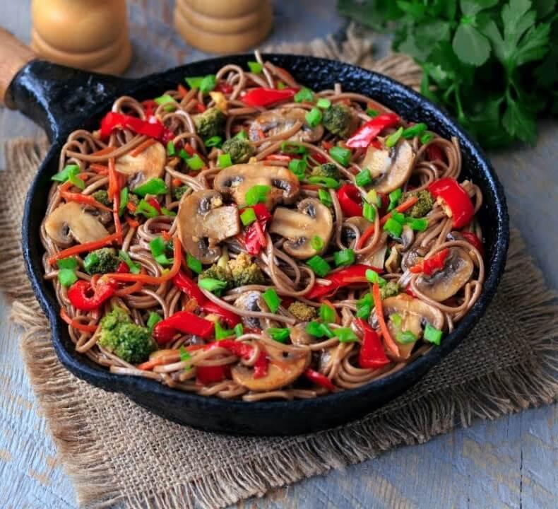 Гречневая лапша с овощами и грибами.