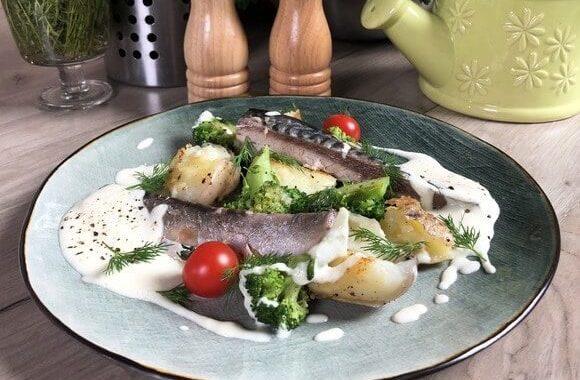 Нежнейшая скумбрия с луковым кремом и овощами.
