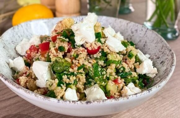 Свежий весенний салат с кускусом и брынзой.