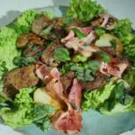 Сезонный свежий салат с утиной печенью.