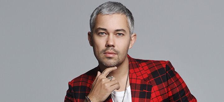 Александр Рогов тестирует косметику от Vogue.