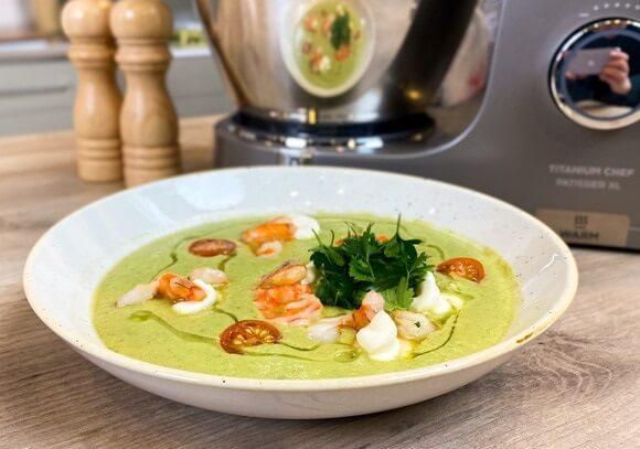 Холодный суп из авокадо в азиатском стиле.