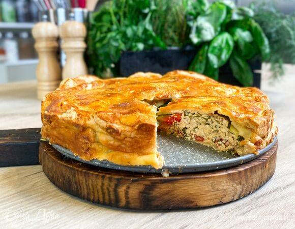 Аппетитный пирог с творожно-сырной начинкой.