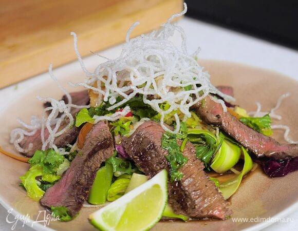 Аппетитный салат со стейком и жаренной фунчозой.1