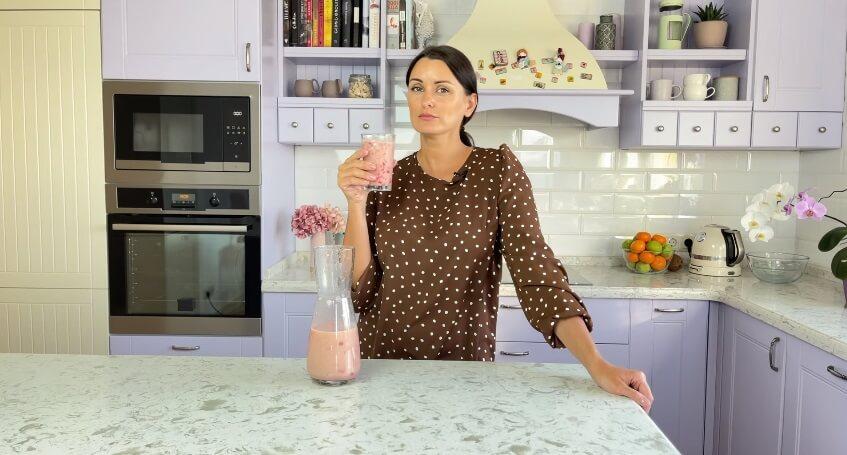 Коктейль в жару. Миндально-клубничное молоко.