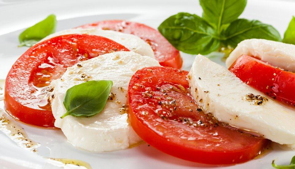 Салат капрезе — знаменитая итальянская закуска.1