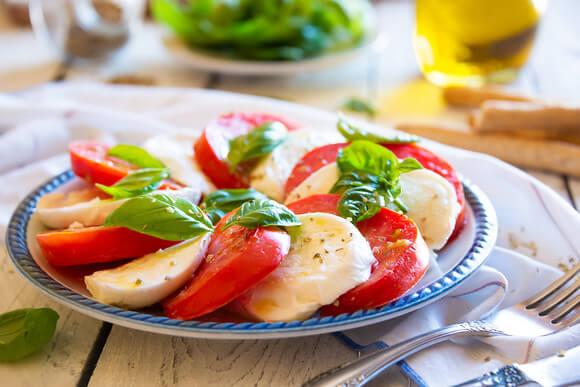 Салат капрезе — знаменитая итальянская закуска.