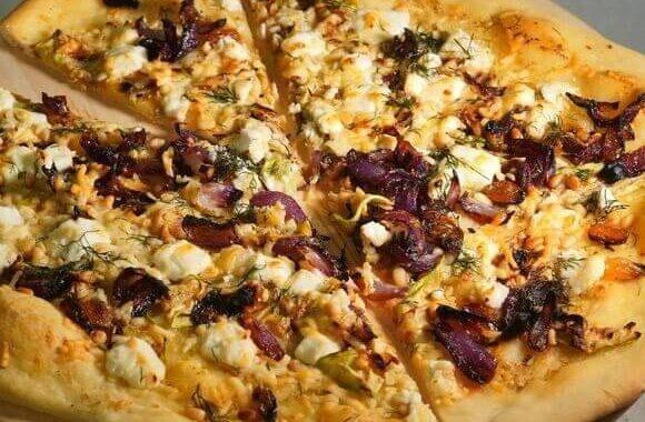 Домашняя пицца с овощами и сыром фета.