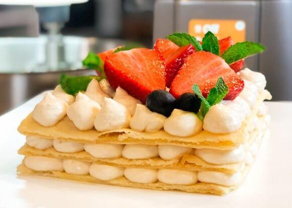 Французский десерт мильфей с манговым кремом.