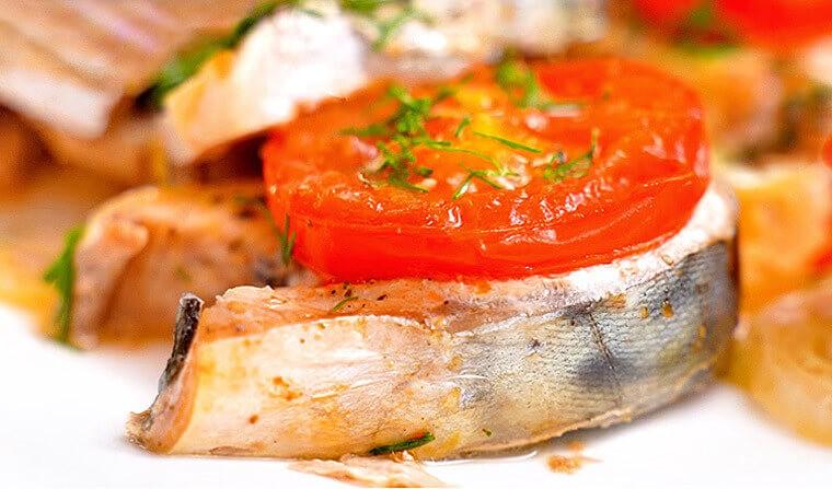 Вкуснейшая скумбрия с помидорами и луком в духовке.2